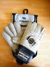 białe rękawice piłkarskie