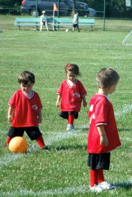 dzieci w strojach piłkarskich
